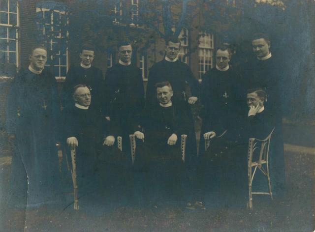 653139 - Groepsfoto Achter rechts: Cunibert van L., ?, Reinbert de Kok, Fern. van Rijen, Radbout Verijt, ?  Zittend: ?, Ireneus van Lieshout, ?.