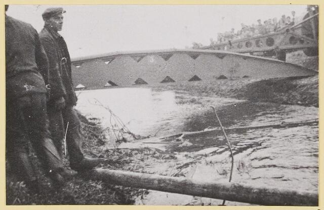 072848 - WOII; WO2; Bevrijding door Engelsen. Rupsvoertuig legt stalen brug over het water nabij Oirschotseweg 3. Noodbrug, de oude brug was kort tevoren door de Duitsers opgeblazen. Grote publieke belangstelling wanneer de Engelsen de Reusel oversteken.