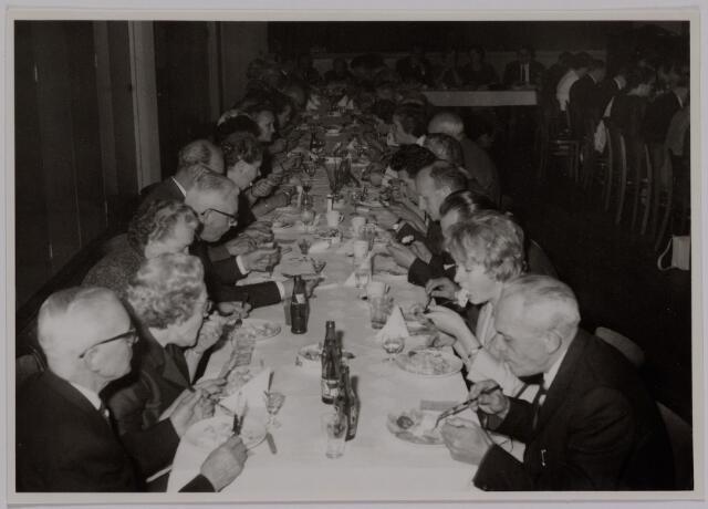 041178 - Vakbeweging. Op 31 augustus 1963 vierde de R.K. Bond Werkmeesters afd. Tilburg het 50-jarig bestaan. 1e een Solemnele H. Mis in de parochiekerk st. Jozef. 2e een feestelijk ontbijt in het parochiehuis aan de Veemarktstraat. 3e herdenkingsbijeenkomst in het Chicago-Theater. 4e Officiële receptie in de zalen van café-restaurant Th. van Broekhoven (Smidspad 42) 5e Feestavonden op 7 t/m 9 september 1963 met uitvoering Operette 'Rumoer in Weinbach' in de Stadsschouwburg met een afsluitend diner.