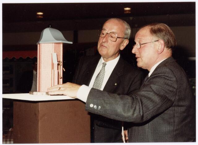 039106 - Volt. Noord.Jubileum.Volt 75 jaar in 1984. NN. en Burgemeester Letschert bekijken een model van de stadspomp die Volt ter gelegenheid van het 75 jarig bestaan schonk aan de gemeente Tilburg.