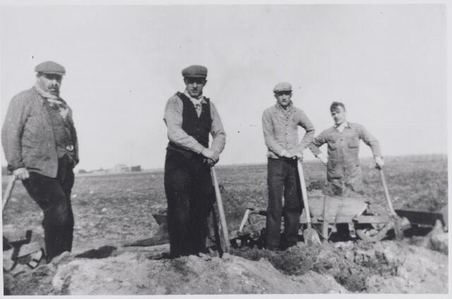 045583 - Goirlese werklozen in de werkverschaffing. Van links naar rechts Heestermans, Dorus Verdonk, Fons Schellekens en Jan de Volder.