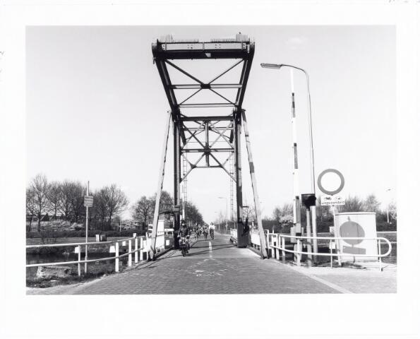 039811 - Ophaalbrug over het Wilhelminakanaal bij de Dr. Deelenlaan (vooraan) en de Kraaivenstraat medio 1982