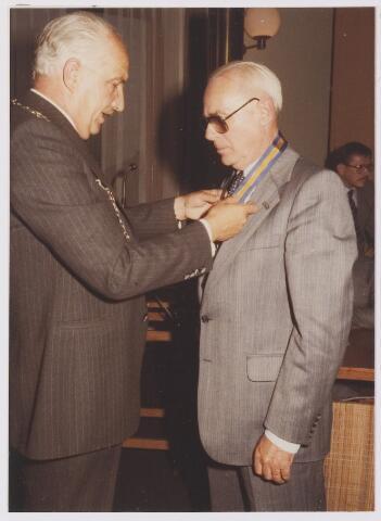081345 - Ereburgerschap A.D. Noy, wethouder en daarvóór raadslid. Dhr Noy ontvangt de erepanning uit handen van burgemeester P.G. Ballings.
