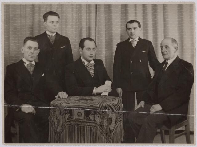 041278 - bestuur 'Kunst en Vooruitgang' in de jaren dertig. In het midden Wim Simons.