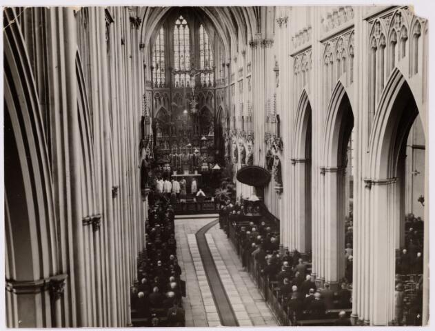 051934 - Hoger Voortgezet Onderwijs. R.K. Handelshogeschool te Tilburg. Interieur van de St. Joseph kerk aan de Heuvel te Tilburg bij de Pontificale Hoogmis voorgegaan door Aartsbisschop Z.H.Exc. Mgr. H. v.d. Wetering op zaterdag 8 oktober 1927 bij gelegenheid van de Plechtige Opening van de R.K. Handelshogeschool te Tilburg.