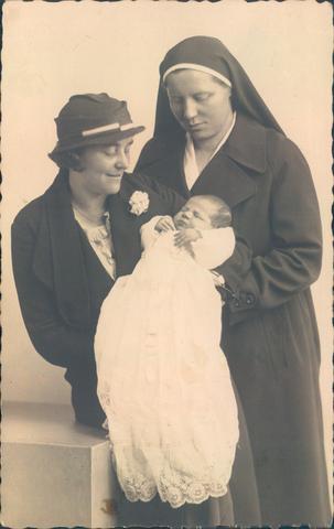 651858 - Familie Van Puijfelik, Tilburg. Mevrouw M.C. van Puijfelik - Oostelbos (Tilburg, 18.5.1893 - Tilburg, 8.9.1972) in haar hoedanigheid van kraamverpleegster met (waarschijnlijk) mw. van Braak-van Eijl en baby.