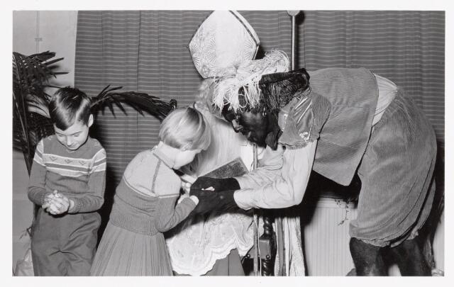 038719 - Volt. Oosterhout. Sint Nicolaasviering voor de kinderen van het personeel in ca.1960. Fabricage- of productie vond in Oosterhout plaats van april 1951 t/m 1967. Sinterklaas. St. Nicolaas