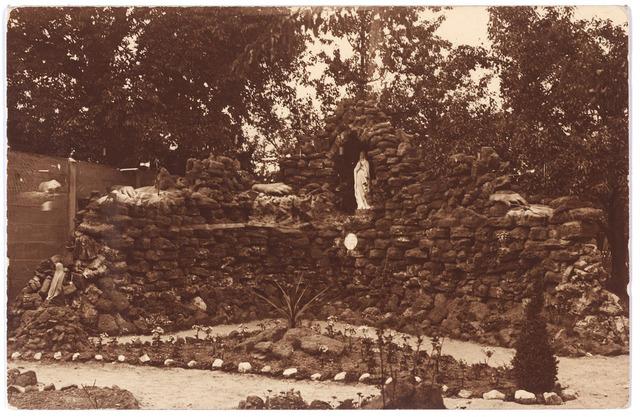 001451 - Lourdesgrot in de tuin van Tilburgs klooster.