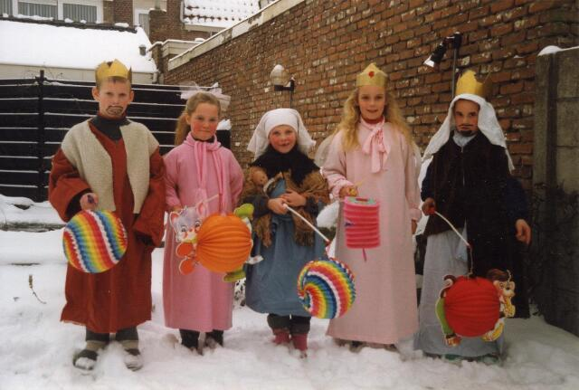 200323 - Folklore. Driekoningenzangertjes in Tilburg. Van links naar rechts: Niels, Marla, Anouk, Juliette en Bas.