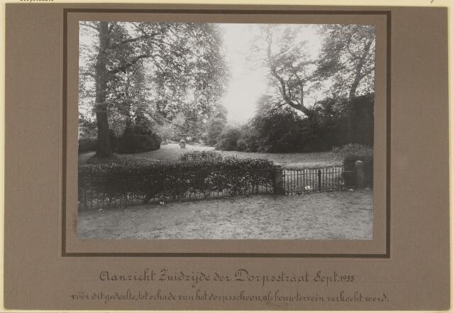 073685 - Onderschrift: Aanzicht Zuidzijde der Dorpsstraat Sept.1933 vóór dit gedeelte tot schade van het dorpsschoon als bouwterrein verkocht werd.