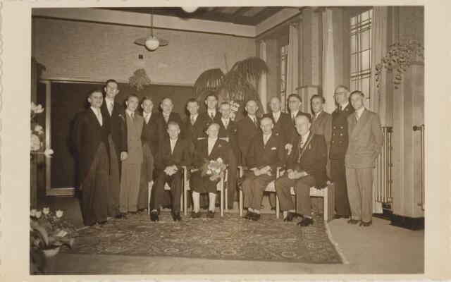 085291 - Dongen.J.Vlaminkx. 40 jarig ambtsjubileum. Familie Vlaminkx met burgmeester en gemeentepersoneel van de secretarie.