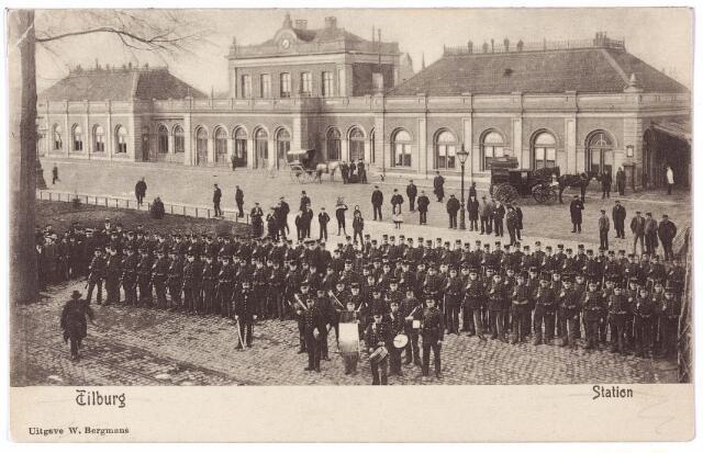 002228 - Militairen opgesteld voor het station van de staatsspoorwegen aan de Spoorlaan.