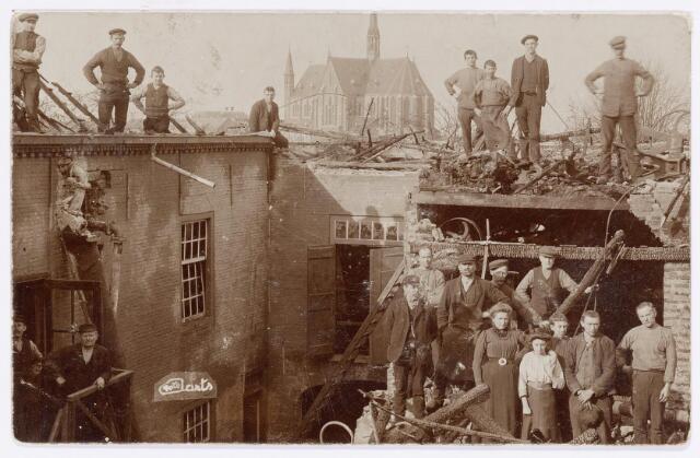038488 - Lederindustrie. Drijfriemenfabriek Willem Vos N.V. Goirkestraat 109-111. Foto: Op 14 juni 1921 brandde de lederfabriek in de Goirkestraat af. op de achtergrond de Hasseltsekerk