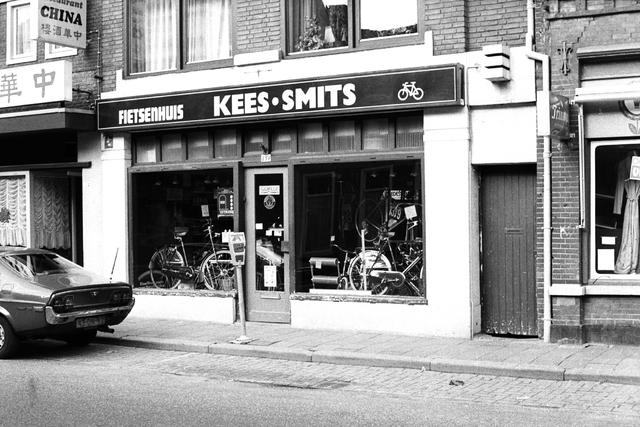 1237_012_925-1_010 - Korvel vooruit, exterieur winkels Korvelseweg Kees Smits fietsenhuis. Cycles S.T. Corneille was een Tilburgs racefiets merk van framebouwer Kees Smits. Tweevoudig Nederlands Kampioen Cyclo Cross Cees Zoontjens, ook een Tilburger, reed zowel in zijn Caballero-tijd als daarna op S.T. Corneille. Op de fietsen van Kees Smits die voor die tijd super ligt waren.