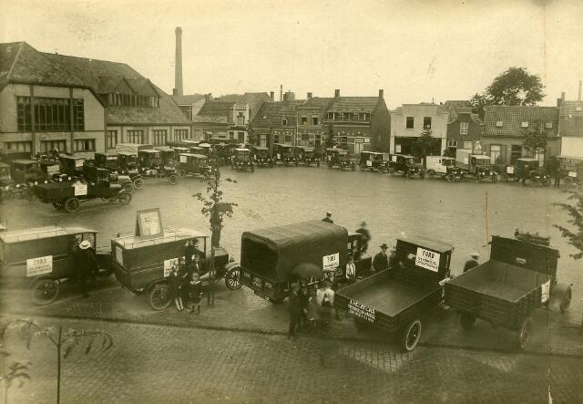 200127 - Reclamerit van Fordauto's door garage Th. Knegtel. Op de foto de Fordjes op het Piusplein. Links het beursgebouw. Th. Knegtel had een garagebedrijf aan de Heuvel en was vanaf 1921 Forddealer.