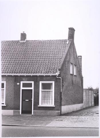 024890 - Pand Kwaadeindstraat 18 halverwege 1977. Ernaast het Tjeuke Timmermanspad