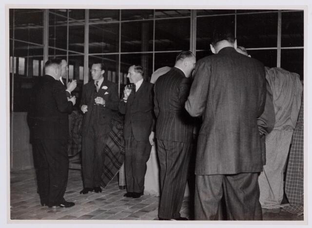 037700 - Textielindustrie. Prins Bernhard heft het glas met directieleden van wollenstoffenfabriek H. F. C. Enneking tijdens zijn bezoek aan de fabriek op 13 november 1950