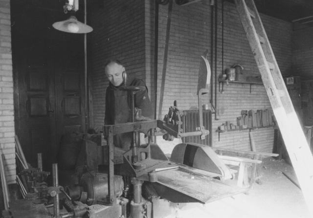 105276 - Monnikenleven Broeder Cornelus in de timmerwinkel van de Sint Paulusabdij. Kloosters.