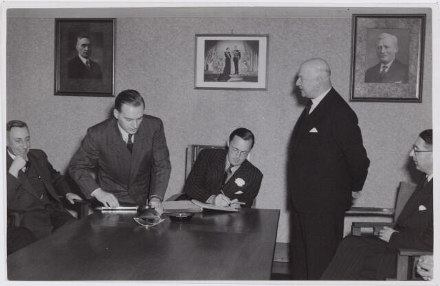 053360 - Koninklijke Bezoeken. prins Bernhard brengt een werkbezoek aan Tilburg; Prof de Quay, J. Mulder. A. Mutsaers, B. Janssens.