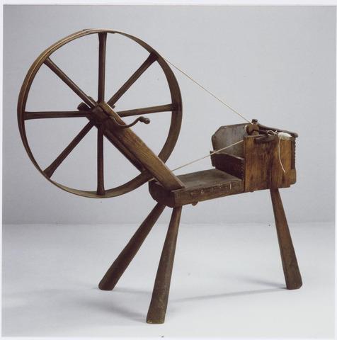 037437 - Textiel. Houten spoelrad uit circa 1850 zoals gebruikt door Tilburgse spoelsters. Het op de klos gewonden garen werd door de (hand)wever gebruikt als inslag