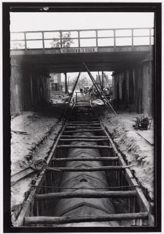 042231 - Riolering. Ten behoeve van de waterzuivering werden in de jaren ´30 van de vorige eeuw op diverse plaatsen in Tilburg riolering aangelegd. Industrieel afvalwater werd in een speciaal laboratorium gezuiverd.