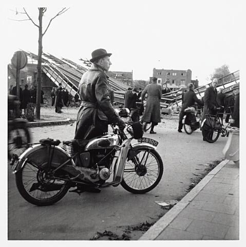 012184 - WO2 ; WOII ; Tweede Wereldoorlog. Vernielingen. Publieke belangstelling voor het door de Duitsers opgeblazen viaduct over de Ringbaan-Oost. Op de achtergond het Insulindeplein