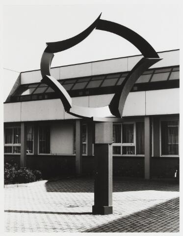067735 - Stalen kunstwerk, ZONDER TITEL, van René VEROUDEN (geb. Rotterdam 1959). Aanvankelijk, in 1986,  geplaatst bij de ingang van de PABO (Pedagogische Academie Basis Onderwijs), Prof. Gimbrèrelaan 16. Later is de opleiding, onderdeel van de Fontys Hogescholen, verhuisd naar de Prof. Goossenslaan 1-04.   Kunst in de openbare ruimte. Onderwijs.
