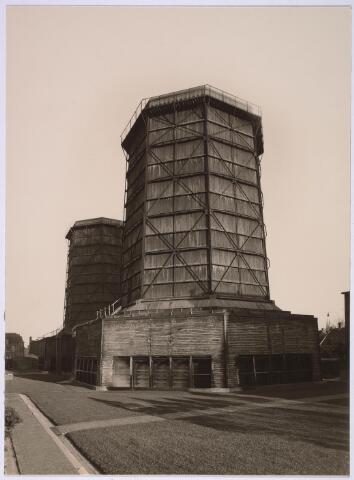 025154 - Energievoorziening. Twee houten koeltorens van het Gemeentelijk Energiebedrijf. Het achterste exemplaar was later gebouwd. De houten torens zijn in 1940 vervangen door betonnen exemplaren.