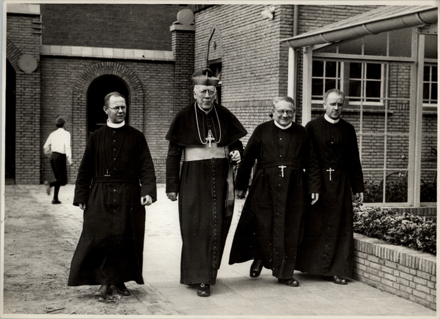 653022 - Vlnr: fr. Alfonso Venmans, Mgr. Diepen, fr. Tharcisio Horsten (?), fr. Johannes van de Pol.