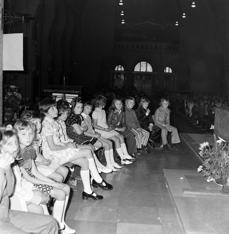 1237_006_251-1_008 - Eerste heilige communie in de Margarita Maria Alacoquekerk. Viering door kapelaan Mennen in mei 1974.   Religie. Kerk. Parochie Ringbaan West.
