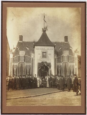 007149 - Josephus Hendrikus de Kanter vierde zijn 100ste verjaardag op 19 februari 1915. Hij was sinds 1838 koster op het Goirke en woonde op de hoek Kasteeldreef-Goirkestraat. De voorgevel van zijn huis werd bij deze gelegenheid feestelijk versierd. De Kanter overleed op 2 januari 1916.