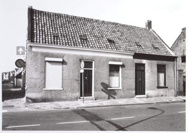 015300 - Panden Bisschop Zwijsenstraat 105 (rechts) en 107 (links). Links de Hoogtedwarsstraat