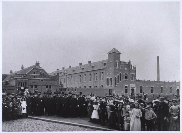 022688 - Onderwijs. Opening van de meisjesschool (rechts) in de Hoogvensestraat in september 1912. Links de bewaarschool van de Zusters van Liefde uit 1906