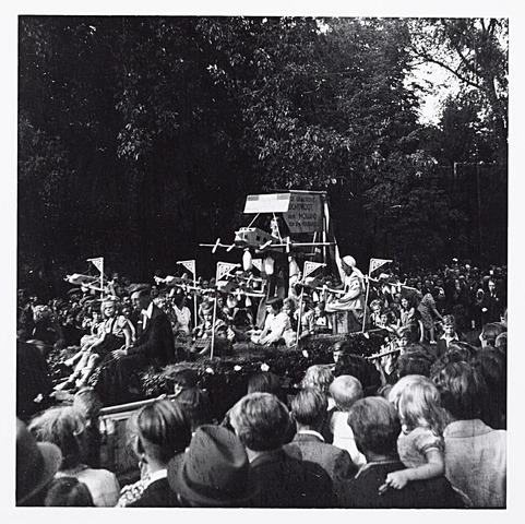 012212 - WO2 ; WOII ; Tweede Wereldoorlog. Huildeblijk aan de geallieerde piloten tijdens de bevrijdingsoptocht van 9 mei 1945 in het Wilhelminapark