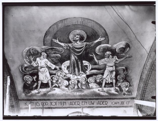 016529 - Pastoor van Oorschot maakte deze foto van en muurschildering in de kerk Onze Lieve Vrouw van Goede Raad aan de Broekhovenseweg