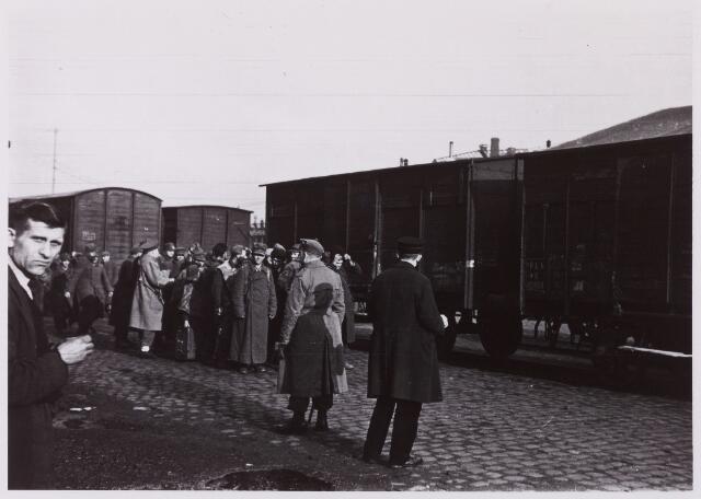 012300 - WO2 ; WOII ; Tweede Wereldoorlog. Duitse krijgsgevangenen worden in het voorjaar van 1945 per goederenwagon afgevoerd naar hun vaderland. Dat was pas mogelijk nadat het spoorwegnet - weliswaar provisorisch - was hersteld. Militaire Politie en officieren van het Militair Gezag hielden een oogje in het zeil