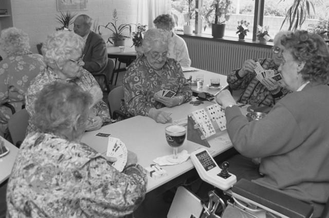 TLB023000185_003 - Kaartende ouderen in Wijkcentrum De Ypelaer. Het gebouw is na een grondige renovatie heropend in maart 2016. Het gebouw is bijna de hele week open met veel bezoekers en iedere dag veel sociale, educatieve en (multi-)culturele activiteiten. Foto gemaakt in kader van reportage Stokhasselt / PW