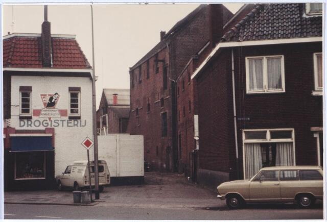 024579 - Gebouw van de voormalige wollenstoffenfabriek Van Dooren & Dams achter panden aan de oostzijde van het Korvelplein