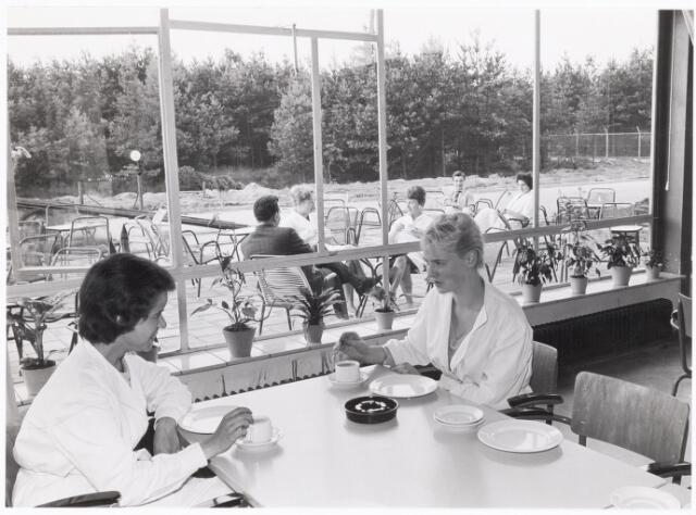 038676 - Volt. Noord. Bedrijfsrestaurants. Op 17 juli 1961 werd hal NA van Volt als eerste fabricagehal in gebruik genomen door de afd. Spoelen. Tegelijkertijd werd ook de nieuwe kantine in gebruik genomen. Toen er een tweede kantine bijkwam sprak men deze kantine aan met kantine NA. Later werd deze kantine bedrijfsrestaurant.