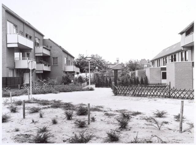 017025 - Achterzijde van woningen aan het Calandhof (links) en Eisingahof (rechts)