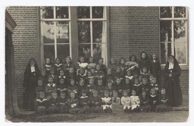051375 - Basisonderwijs. Klassenfoto r.k. lagere school. Meisjesschool Heikant.
