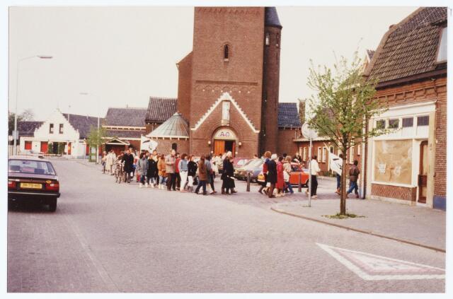 063568 - Een demontratie in de St. Willibrordusstraat tegen de kernwapens