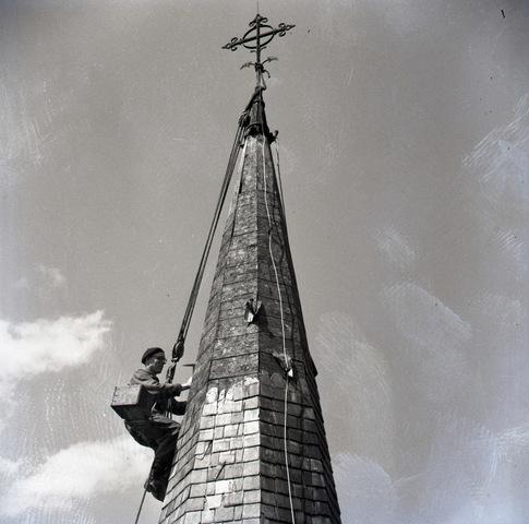 654690 - Middenstand. Leidekkers aan de slag op de torenspitsen van de Besterdse kerk.