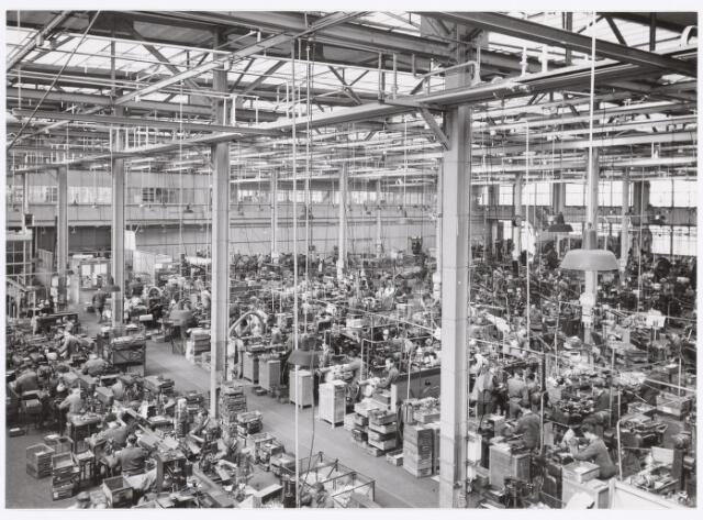 039013 - Volt. Zuid. Productie, fabricage van onderdelen in afd. metaalwaren ca. 1950. Locatie gebouw M zuidzijde.