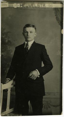 604131 - Petrus Wilhelmus van Dongen, geboren op 18 augustus 1901 te Tilburg als jongste zoon van Johannes Jacobus Josephus van Dongen en van Cornelia Francisca Maria van der Gouw. Petrus huwde in 1925 te Tilburg met Maria Antoinetta Hermans. Hij overleed op 22 april 1985 te Tilburg