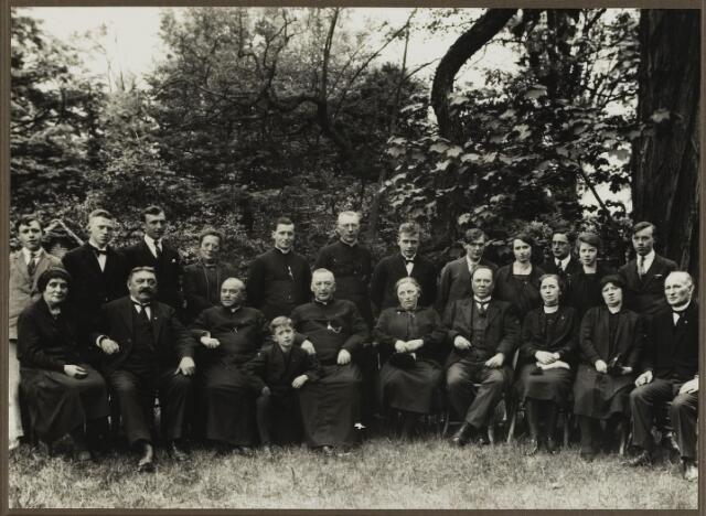 068525 - Priesterfeest van Lambertus Franciscus Aloysoius (Lambert) Bressers. Hij werd geboren te Tilburg op 27 september 1863 en overleed te Eindhoven op 17 september 1934. Hij werd in 1888 priester gewijd en was bouwpastoor te Eindhoven - Gestel. Bressers zit op de eerste rij, vijfde van links. Verder van links naar rechts schoonzus Henriëtte E. J. Woestenbergh, weduwe van Charles Bressers, Johannes  J. M. Bressers en Josephus M. M. Bressers, pastoor te Ewijk