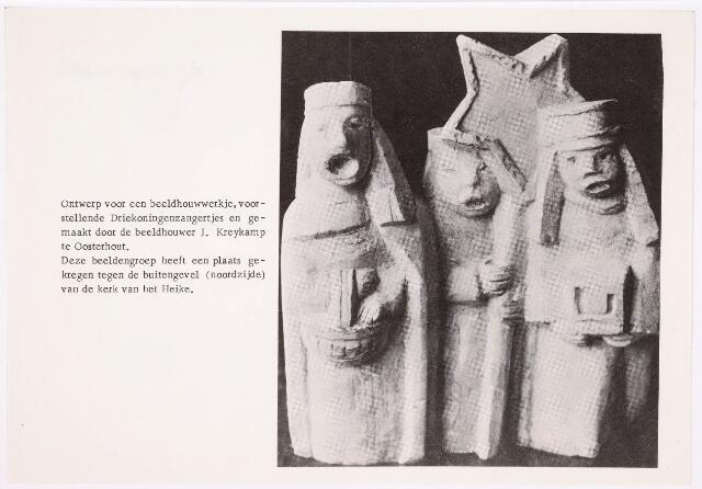036182 - Stadhuisplein.    Ontwerp beeldhoudwerkje 'Driekoningenzangertjes' door beeldhouwer J. Kreykamp. Deze beeldengroep is geplaatst tegen de buitengevel (noordzijde) van de kerk van 't Heike.