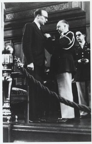 055642 - WOII; WO2; Hilvarenbeek, bevrijding. Onderscheiding van de Hilvarenbeekse verzetsstrijder Eugene van der Heijden met ´de Medal of Freedom´ door een millitair attaché van de V.S.