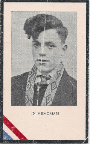 604466 - Bidprentje. Tweede Wereldoorlog. Oorlogsslachtoffers. Cornelis Johannes Picokrie; werd geboren op 16 december 1924 in Tilburg en overleed op 25 april 1945 in Hedel (Gelderland).  De laatste oorlogsaktie van de Prinses Irene Brigade had plaats in de nacht van 24 op 25 april 1945. Onderdelen van de Brigade staken de Maas over bij Hedel en vestigden een bruggenhoofd. Maar omdat de daaropvolgende aktie (een opmars naar Zaltbommel door de Engelse troepen) werd afgelast, werd het bruggenhoofd weer opgeheven. De balans was 12 doden; onder de slachtoffers bevond zich C.J. Picokrie.