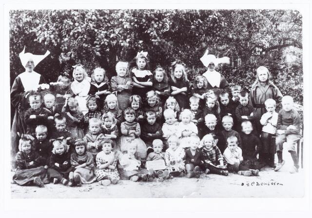 061891 - Onderwijs. Klassenfoto. Enkele klassen van het pensionaat St. Jozefzorg, tegenover de pastorie van de Berkelse kerk, aan de huidige St. Willibrordstraat; de zusters met de vliegkappen (zusters van de H. Vincentius) hebben hier maar 1 jaar gewerkt, later kwamen de zusters van het H. Harten zij zorgden voor het kleuteronderwijs;Onderste rij v.l.n.r. Doortje van der Bruggen (?), Grada Krist, Marietje Jonkers, Jo van Baast, onbekend, onbekend, Anna van Esch, onbekend, Drika van de Sande en Janus Versteijnen; op de 2e rij v.l.n.r. Nelis van de Pas (Heikant), Marie van Zon, Thijn Hoogendoorn, onbekend, Anneke van Berkel, onbekend, Harrie Poel, Mien van der Sterren, Harrie Kuijpers, Jan van der Meijden, Bart van Berkel, Jan Weijters en Kees Weijters: op de 3e rij v.l.n.r. Nelis Denissen, Nelis van de Pas (St Willibrordstraat),Anneke Witlox, Dineke Habraken, Jaan Hamers, Jo van Zon, Marietje van Kasteren, Fien van der Poel, Marie Bergmans, Nel van Esch, Dré van Esch, Toon van Laarhoven, Frans van Zon, Miet Elissen; op de laatste rij v.l.n.r. Jo Voermans, Johanna Drijvers, Nel van de Sande, onbekend, Greta Goetham uit Oostenrijk, Anneke van Kasteren, Anneke Heessels en een onbekend.